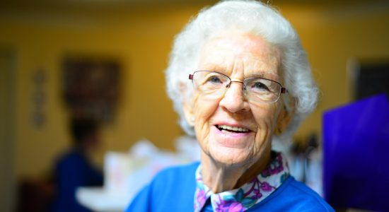 Cartazes ficam em áreas comuns e oferecem ajuda a idosos