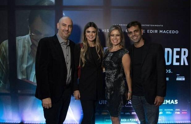 Douglas Tavolaro, vice-presidente de jornalismo da Record TV, ao lado de Raíssa Tavolaro e o médico Leandro Velasco, do Hospital da Face, com sua esposa