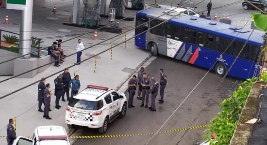 Homem é baleado após sequestrar ônibus com passageiros na Grande SP