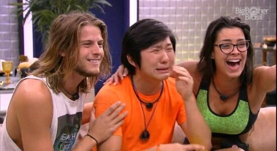 Pyong chora ao ver o filho Jake pela primeira vez