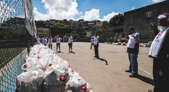 Universal distribui alimentos a famílias que perderam renda