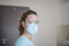 Armani vai produzir aventais para médicos e enfermeiros