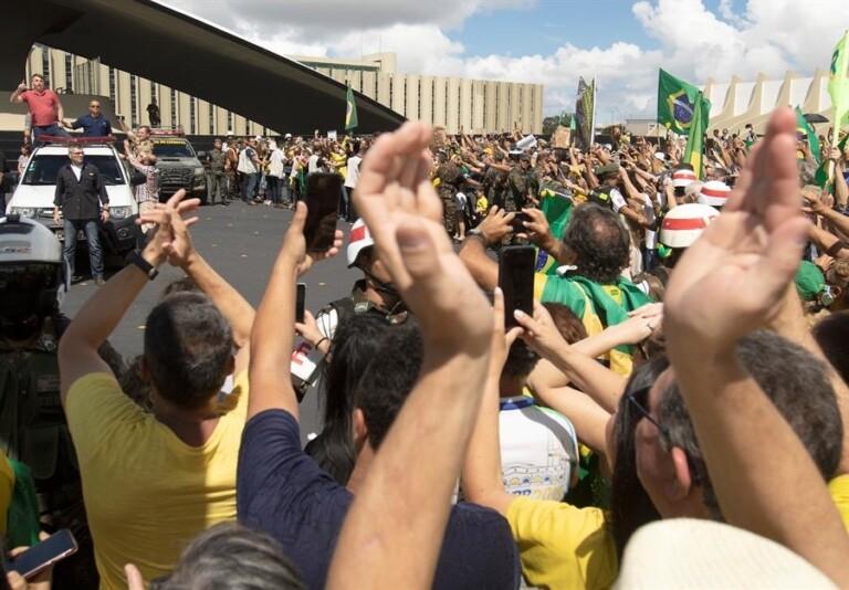 Bolsonaro é recebido com aplausos em manifestação